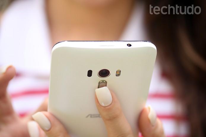Zenfone Selfie tem design mais leve e compacto do que Zoom (Foto: Luana Marfim/TechTudo)