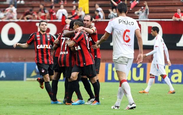 Paulo Baier comemoração Atlético-PR contra Náutico (Foto: Joka Madruga / Futura Press)