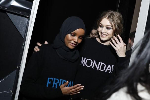 Halima Aden e Gigi Hadid nos bastidores de Alberta Ferreti (Foto:  Tristan Fewings/Getty Images)