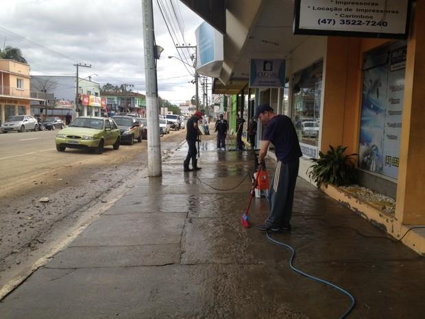 Comerciantes em Rio do Sul iniciam limpeza da cidade (Foto: Sergio Guimarães/RBS TV)