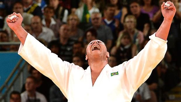 Rafael Silva comemora bronze no judô (Foto: AFP)