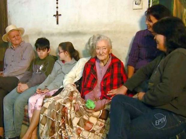 Dona Carolina (de vermelho) tem 113 anos e mora em Santana, Piracicaba (Foto: Cesar Fontenele/EPTV)