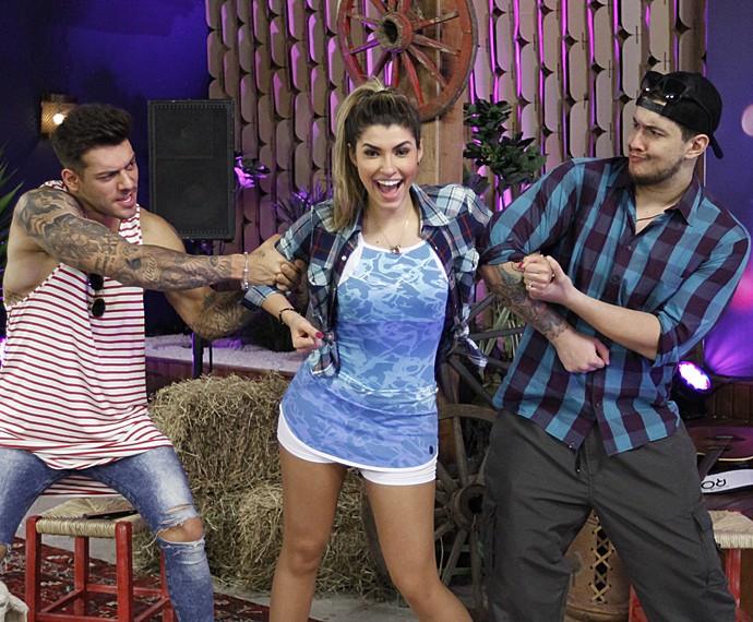 Lucas Lucco e Bruno Boncini 'disputam' a bailarina Ana Paula Guedes (Foto: Fabiano Battaglin / Gshow)