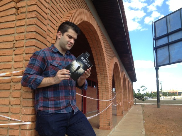 Felipe Cangussu apresenta sua primeira obra publicada, Sacramento. (Foto: Bernardo Gravito/G1)