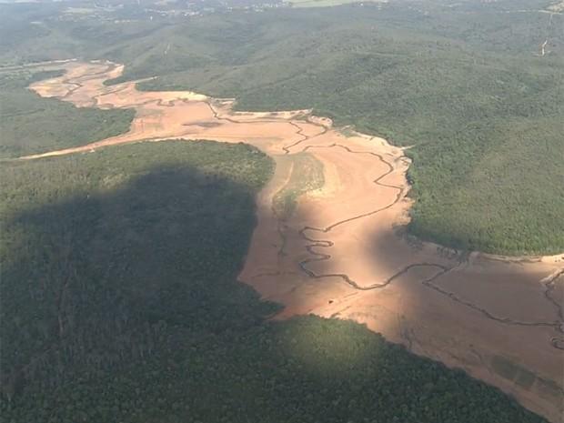 Situação do reservatório Serra Azul, na Grande BH, era crítica no fim de janeiro. (Foto: Reprodução/TV Globo)