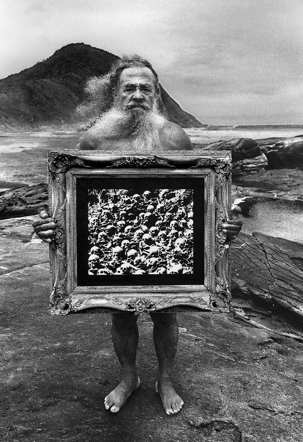 Pai do fotógrafo em foto emblemática no litoral de São Paulo. (Foto: Araquém Alcântara)