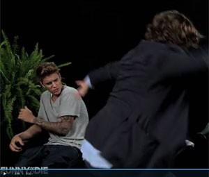 Justin Bieber apanha de Zach Galifianakis (Foto: Reprodução/Funny or Die)