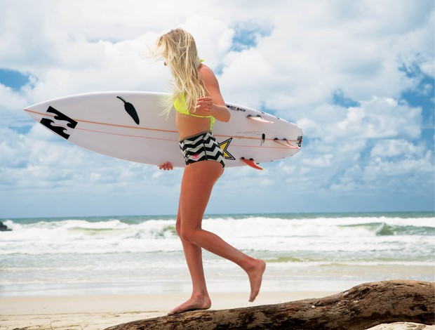 Laura Enever surfe (Foto: Billabong)
