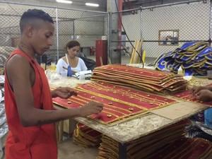 Artesãos trabalham na confecção das fantasias da comunidade. (Foto: Alba Valéria Mendonça/ G1)