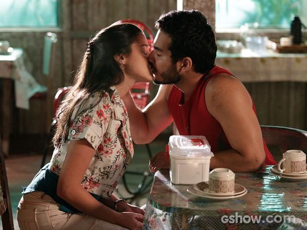 Matias beija Sandra (Foto: Fábio Rocha/TV Globo)