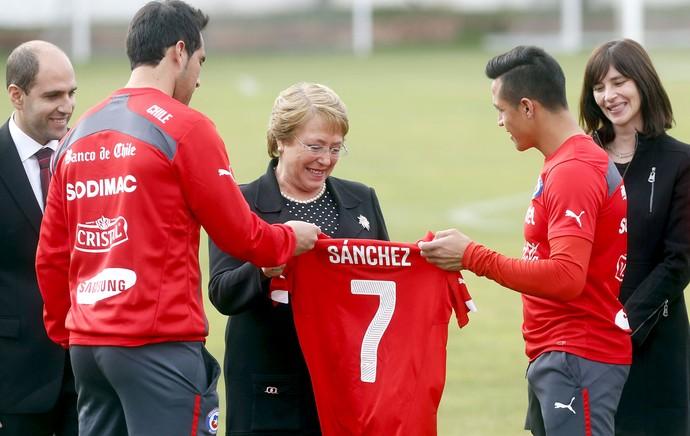 45dc55e63f Michelle Bachelet com os jogadores no treino do Chile (Foto  EFE) Michelle  Bachelet recebe camisa de Alexis Sánchez ...