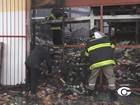 Bombeiros fazem rescaldo em galpão do Mercado da Produção na Levada