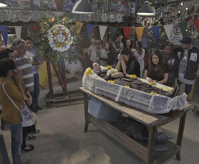 Velório de Raul reúne conhecidos da comunidade (Foto: TV Globo)