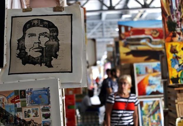 Camisetas e pinturas com a efígie do líder revolucionário Che Guevara são vendidas em mercado de artesanato em Havana (Foto: Alejandro Ernesto/EFE)