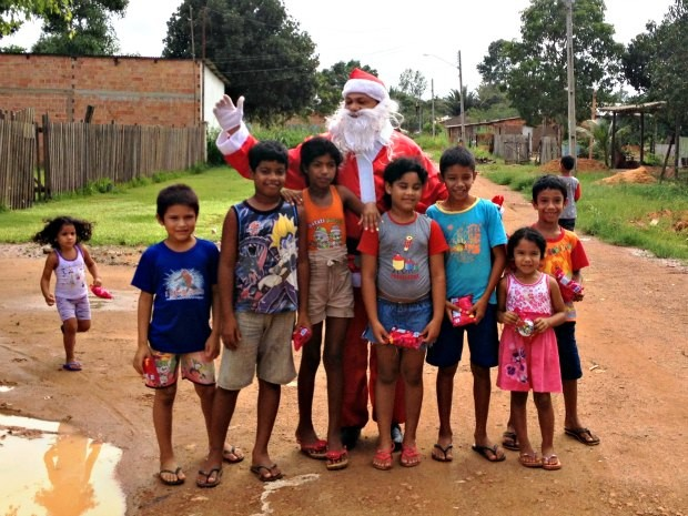 Papai Noel dos Correios fez entrega de presentes neste domingo (23) no Bairro Ronaldo Aragão, em Porto Velho (Foto: Larissa Matarésio/G1)