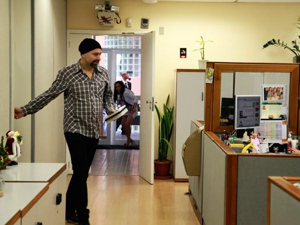 Sorrateira, Valdire entra na sala do diretor achando que é Boninho (Foto: Ellen Soares/TV Globo)