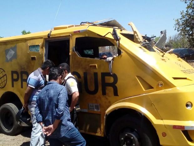 Dinheiro do carro-forte iria abastecer cidades do Norte do estado  (Foto: Divulgação/ PRF)