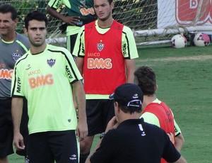 Técnico cuca orienta Luiz Eduardo (Foto: Tarcísio Neto / Globoesporte.com)