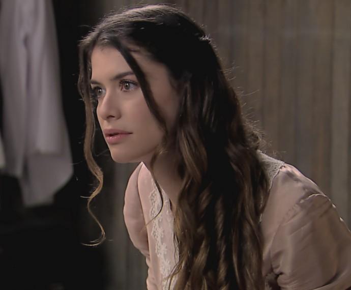 Lívia diz a Emília que Vitória precisa dela (Foto: TV Globo)