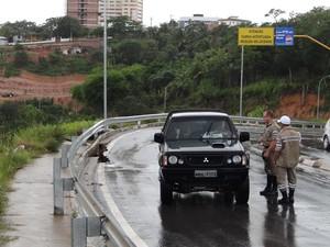 Agentes da SMTT orientam motorista a não seguir pela via. (Foto: Carolina Sanches/ G1)