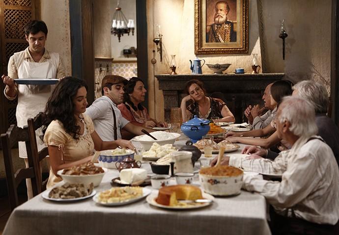 Desajeitado, Candinho vai servir o jantar à francesa (Foto: Inácio Moraes/Gshow)