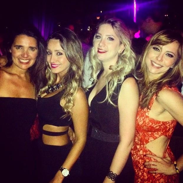 Simone Soares com amigas em festa em Nova York, nos Estados Unidos (Foto: Instagram/ Reprodução)
