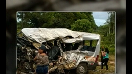 Acidente entre van e caminhão na PA-320 deixa três mortos
