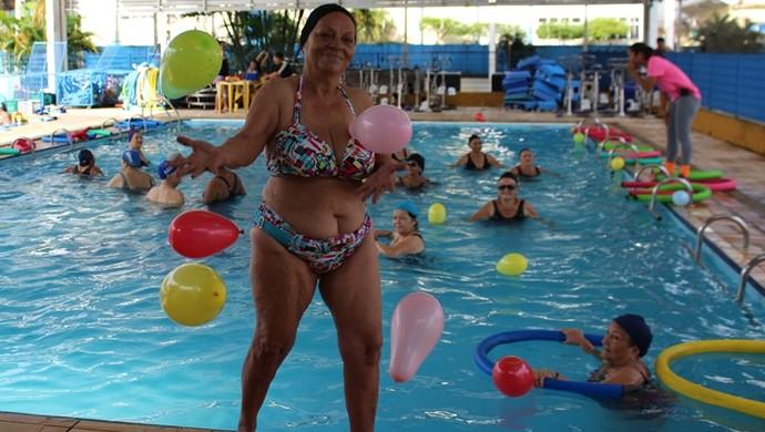 Dona Raimunda também pratica as aulas (Foto: Renato Pereira)