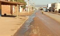 Equipe de reportagem flagra desperdício de água no Bairro Independência, em Montes Claros