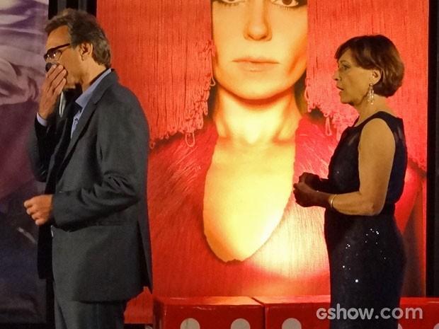 Chica fica chocada com a atitude da perua doida (Foto: Em Família/TV Globo)