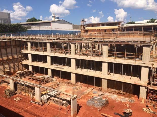 Construção onde operário caiu de altura de 2,5 metros, por não usar cinto de segurança (Foto: Jamile Racanicci/G1)