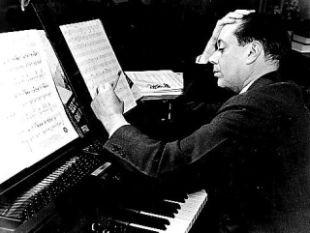 Cole Porter compondo ao piano (Foto: Daily News)