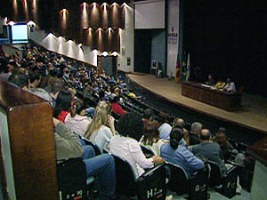 Assembleia de servidores da UFRGS, em Porto Alegre (Foto: Reprodu&#231;&#227;o/RBS TV)