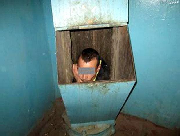 Em 2012, Um homem precisou ser resgatado pelos bombeiros após ficar entalado em uma lixeira de um prédio em Tyumen, na Rússia. O homem entrou na tubulação para escapar de sua namorada, mas acabou deslizando pelo duto por três andares. Após serem chamados por vizinhos que ouviram os pedidos de socorro do homem, os bombeiros tiveram que cortar o metal da lixeira para conseguir libertar a vítima, que sofreu apenas ferimentos leves (Foto: AFP)
