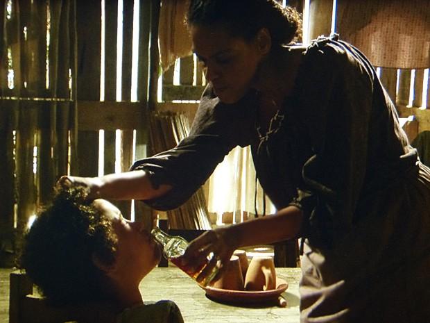 Zenaide castiga Elias e coloca pimenta em sua boca (Foto: Lado a Lado / TV Globo)