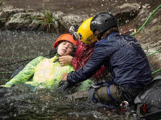 Com cuidado, o rapaz tenta tirar o capacete de Laura (Foto: Fábio Rocha/ Gshow)