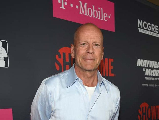 LAS VEGAS, NV - AUGUST 26: Actor Bruce Willis arrives on T-Mobile's magenta carpet duirng the Showtime, WME IME and Mayweather Promotions VIP Pre-Fight Party for Mayweather vs. McGregor at T-Mobile Arena on August 26, 2017 in Las Vegas, Nevada.  (Photo by (Foto: Getty Images for Showtime)