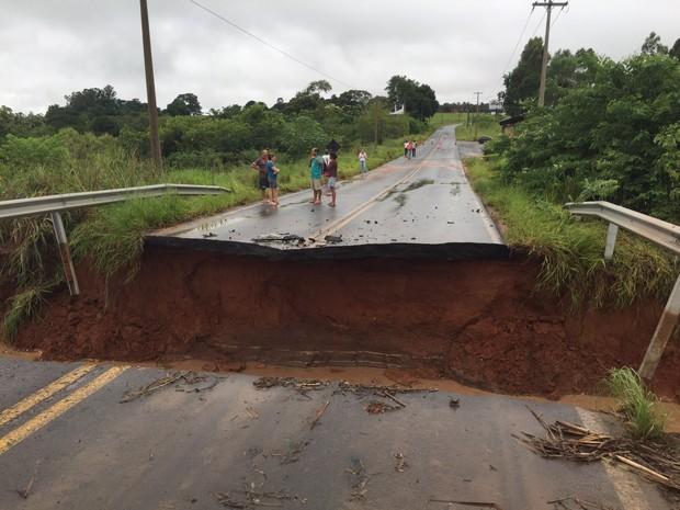 Ponte que liga Bauru a Piratininga cedeu após forte chuva  (Foto: Giuliano Tamura/TV TEM)