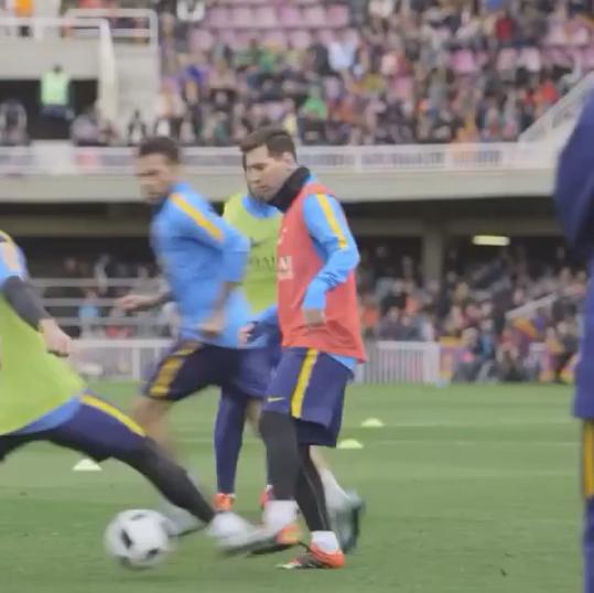 Messi coloca a bola entre as pernas de Mascherano