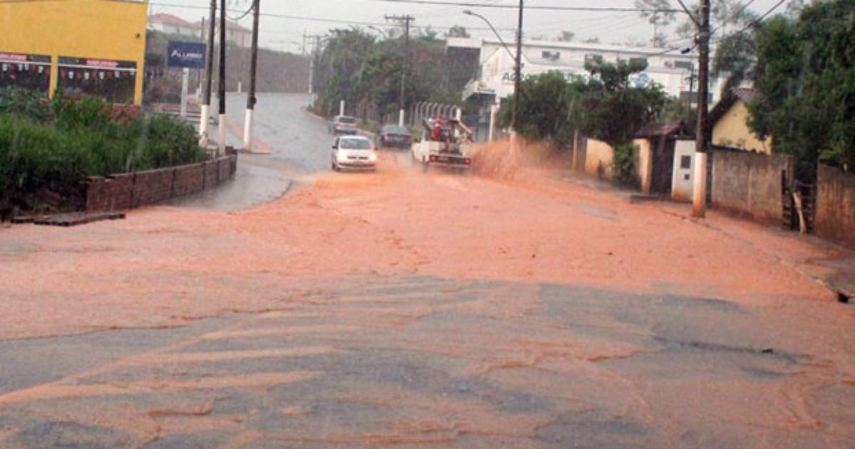 Chuva deixa ruas alagadas em bairros de Guaxupé, MG - Globo.com