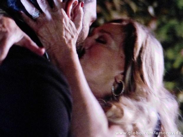 Pilar beija Maciel no jardim da mansão (Foto: Amor à Vida/TV Globo)
