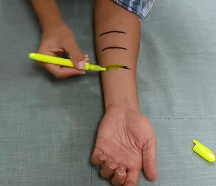 Tirar tinta de caneta permanente da pele com marca-texto? Testamos (Foto: Reprodução)