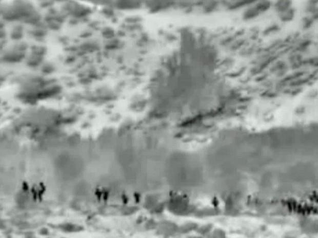 Imagem feita a partir de vídeo divulgado pelo Exército israelense nesta sexta-feira (18) mostra tropa israelense após cruzar para a Faixa de Gaza, no início de uma ofensiva terrestre (Foto: AP)