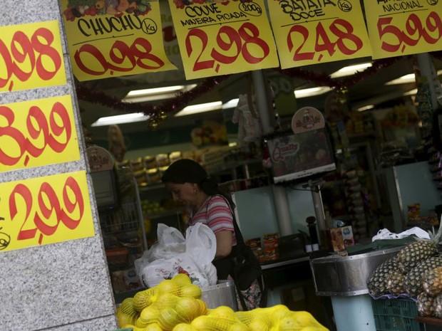 Consumidora em mercado do Rio de Janeiro (Foto: REUTERS/Ricardo Moraes)