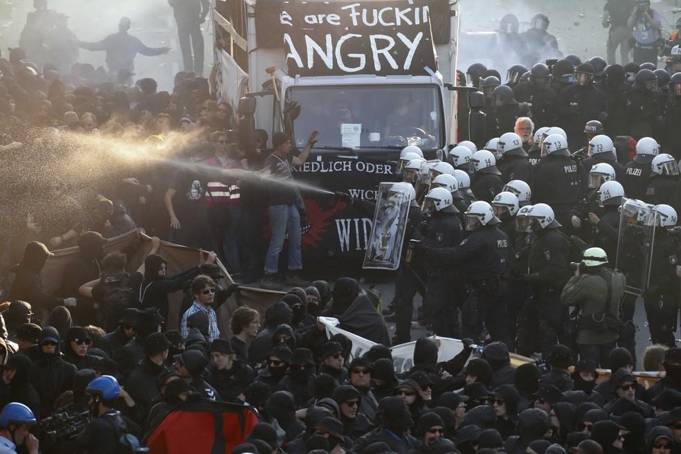 Protesto em Hamburgo (Foto: Fabrizio Bensch /Reuters)