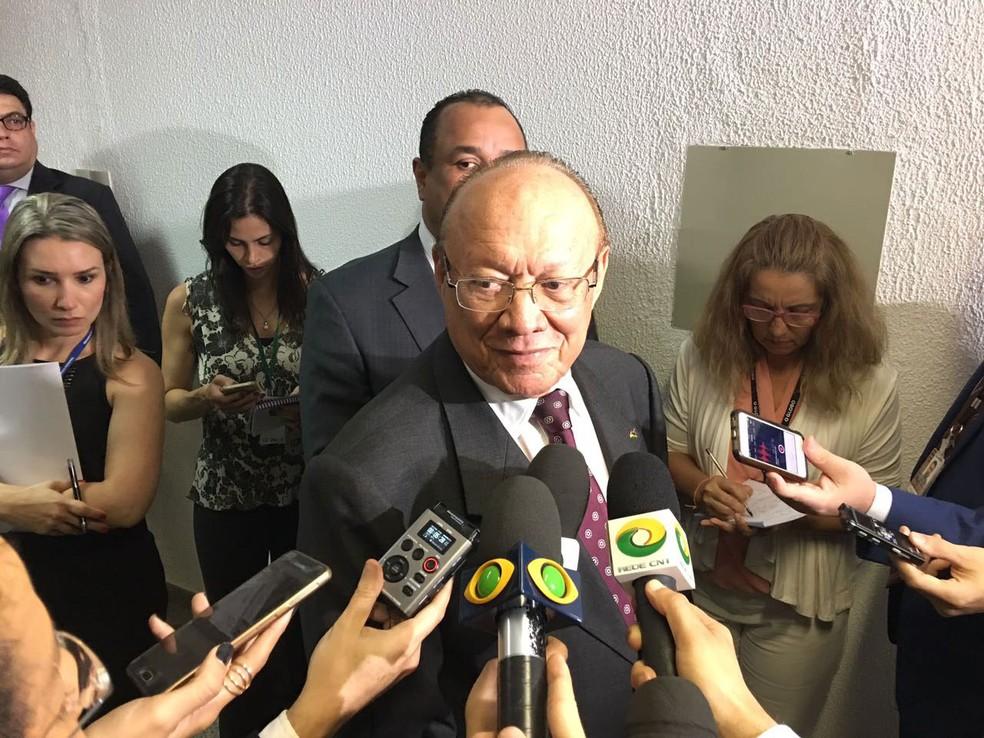 O senador João Alberto, dá entrevista depois de ter sido reeleito presidente do Conselho de Ética do Senado (Foto: Gustavo Garcia / G1)