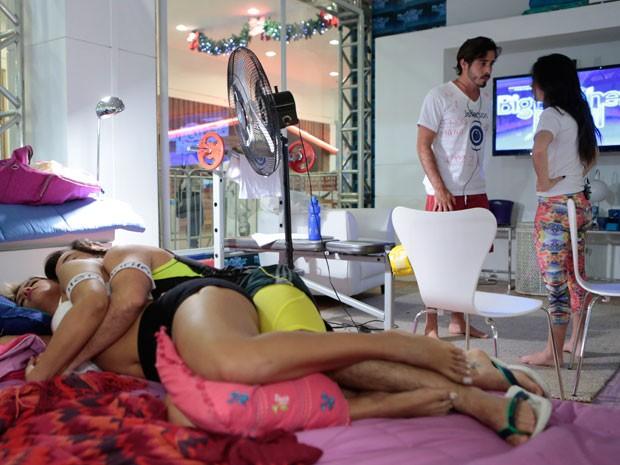 Jeff convida Val enquanto Murilo e Ellen dormem de conchinha (Foto: Felipe Monteiro/ TV Globo)