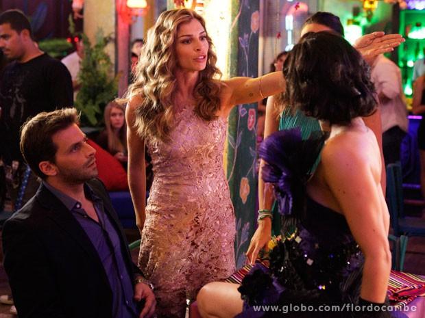 Ester faz barraco e manda Cristal terminar o showzinho no palco (Foto: Flor do Caribe / TV Globo)