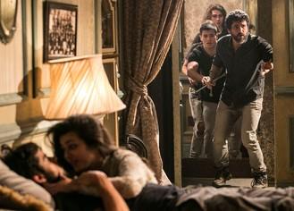 Gael e Duca conseguem abrir quarto onde estão Jade e Cobra