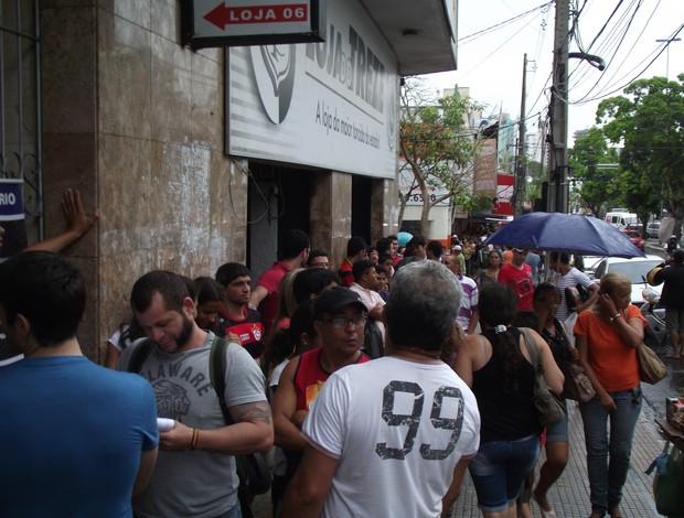 Fila para compra de ingressos Campinense x Flamengo (Foto: Silas Batista / Globoesporte.com/pb)